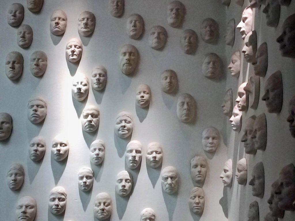 Masken an der Wand | © Lea Köhler